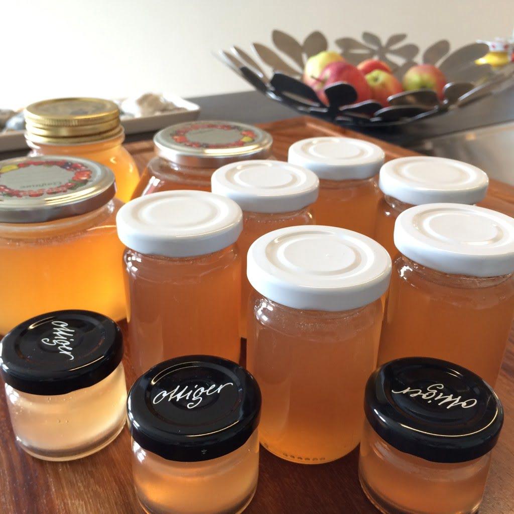 Konfitüre und Gelee aus Aprikosen, Pflaumen und Äpfeln