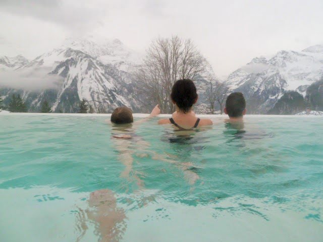 Baden im Märchenhotel mit Aussicht auf das Glarner Bergpanorama