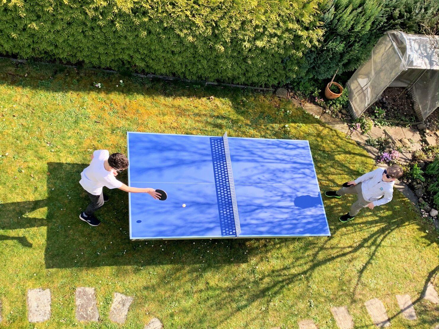 Tischtennis spielen mit Kindern