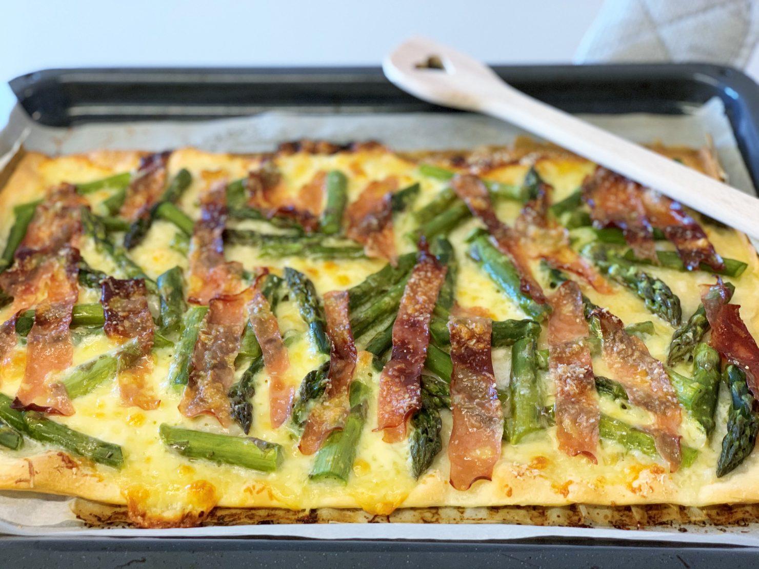 Pizza mit Spargeln und Mortadella