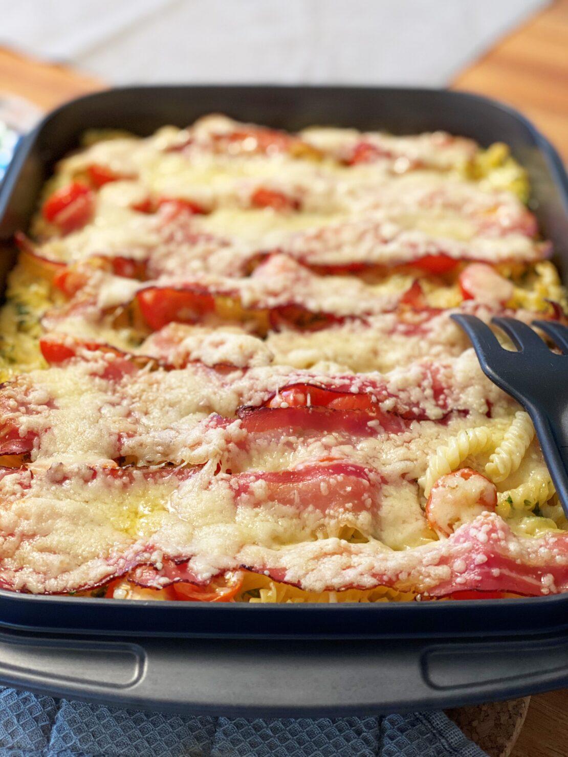 Blitzschnell gemacht: One-Pot-Pasta-Gratin mit Tomaten, Speck und Käse