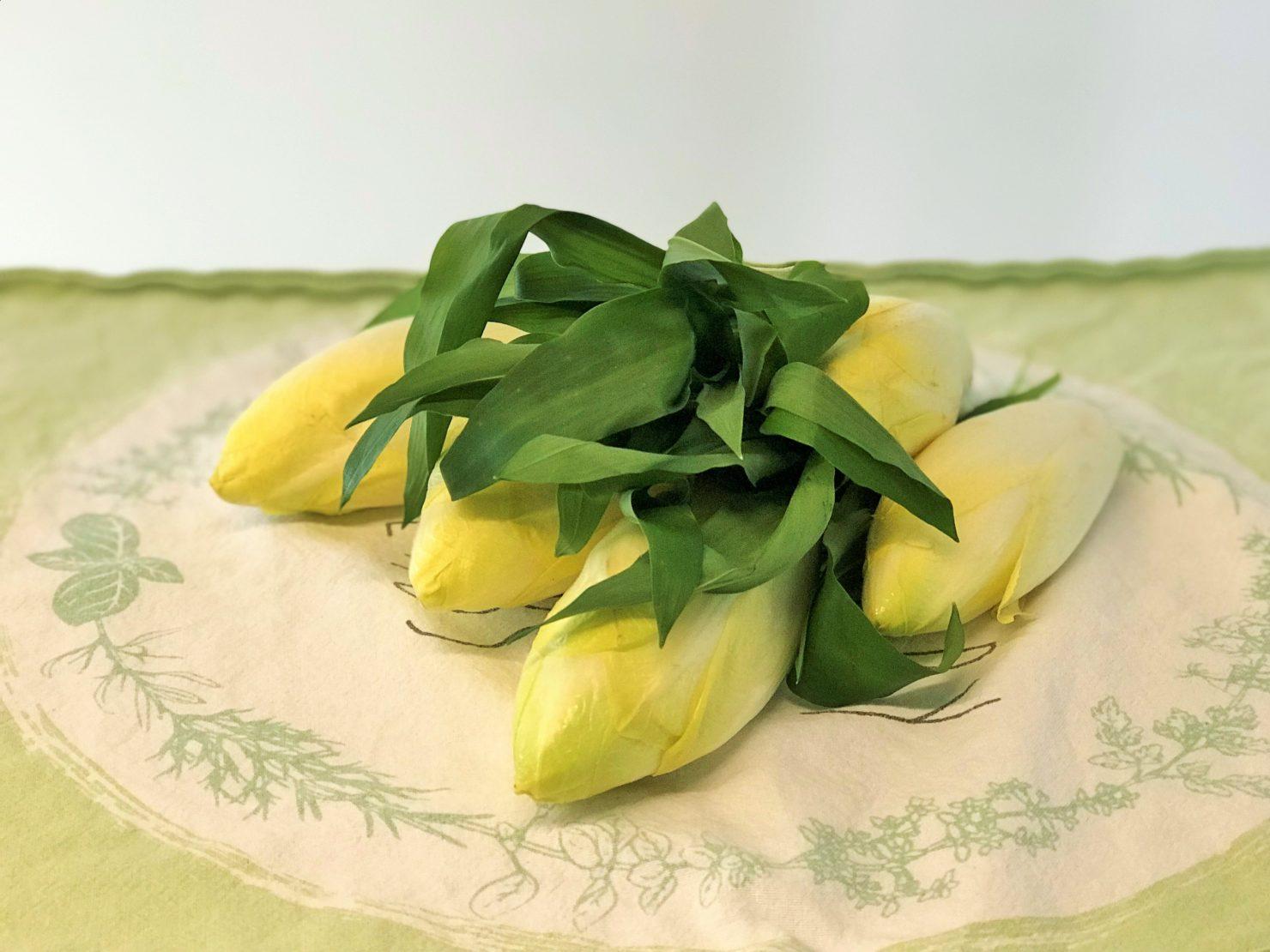 Saisonal kochen im April: Chicoree Nüsslisalat mit Käse und Bärlauchdressing