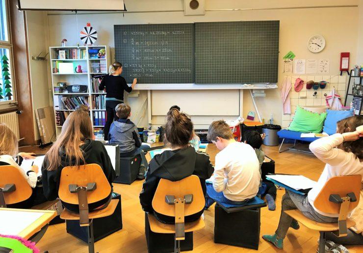 Die Schule - sie beschäftigt Kinder und Eltern gleichermassen