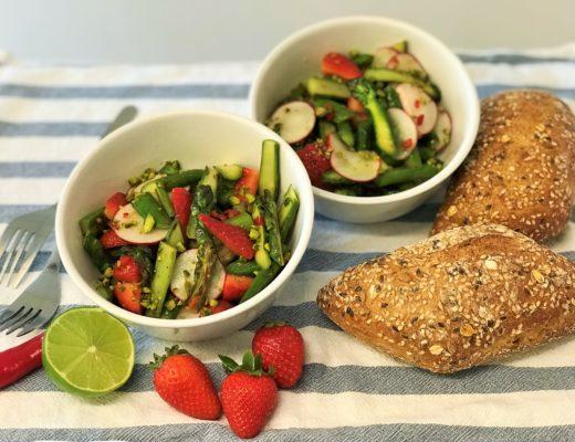 Saisonal frisch & fein: Spargelsalat mit Erdbeeren