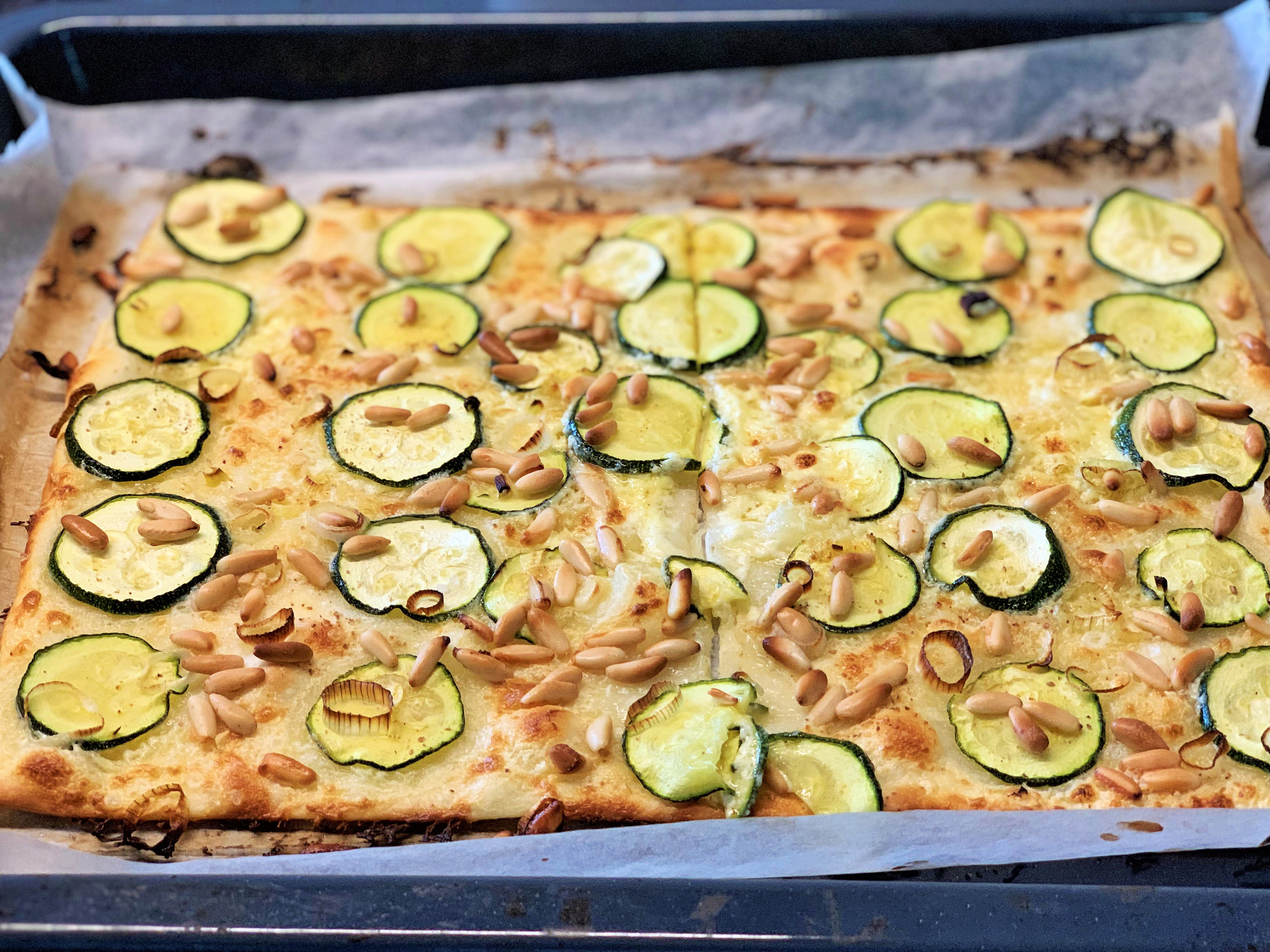 Flammkuchen mit Zucchetti und Pinienkerne