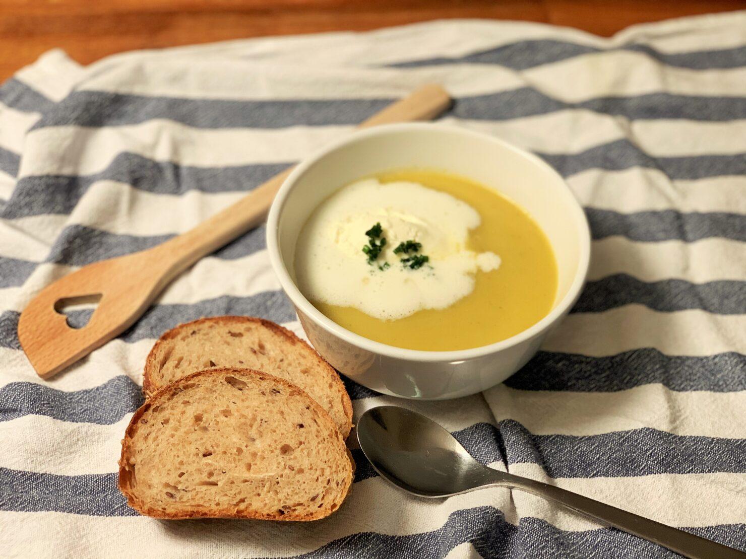 Hausgemachte Suppe mit Topinambur und Rüebli