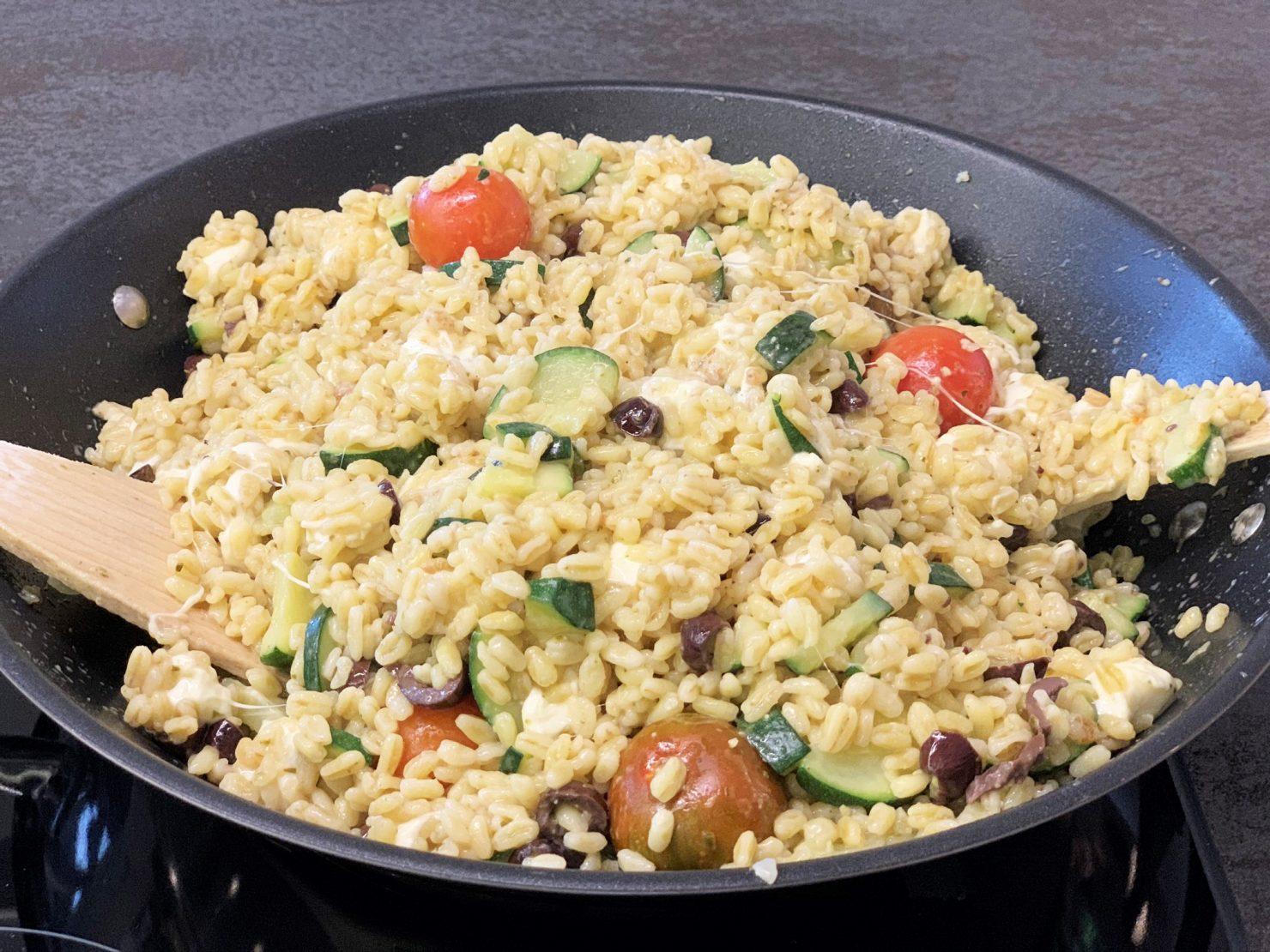Ebly-Pfanne all'italiana mit Gemüse, Mozzarella und Pesto