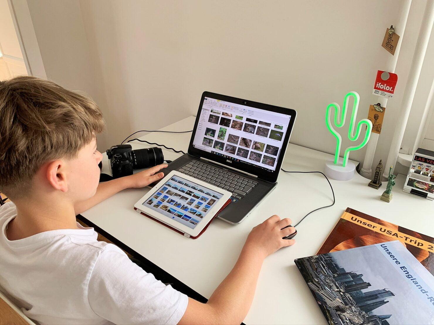 Der Kleine macht die Vorselektion für sein erstes Fotobuch-Projekt