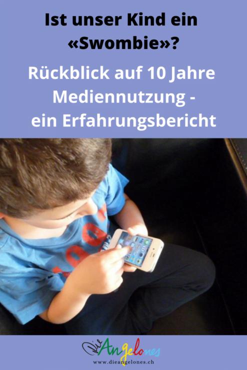 Die Faszination für mobile Medien beginnt früh. Tritt ein Kleinkind erstmals mit einem Handy in Kontakt, ist es passiert: Die Anziehungskraft, die das Gerät ausübt, ist so gross, dass sich kaum ein Kind davor entziehen kann. Ab diesem Moment beginnt die elterliche Sorge um die Mediennutzung der Kinder und welche Konsequenzen sie auf deren Entwicklung haben wird: Werden die Kinder zu «Swombies», also Smartphone-Zombies, die ohne Handy und Internet im Hosensack nicht mehr leben können? Werden sie den Bezug zur Realität verlieren, gänzlich verdummen? Wir schauen auf zehn Jahre mobile Mediennutzung zurück und schildern euch, was Handy, Tablet und Co. aus unseren Jungs gemacht haben.