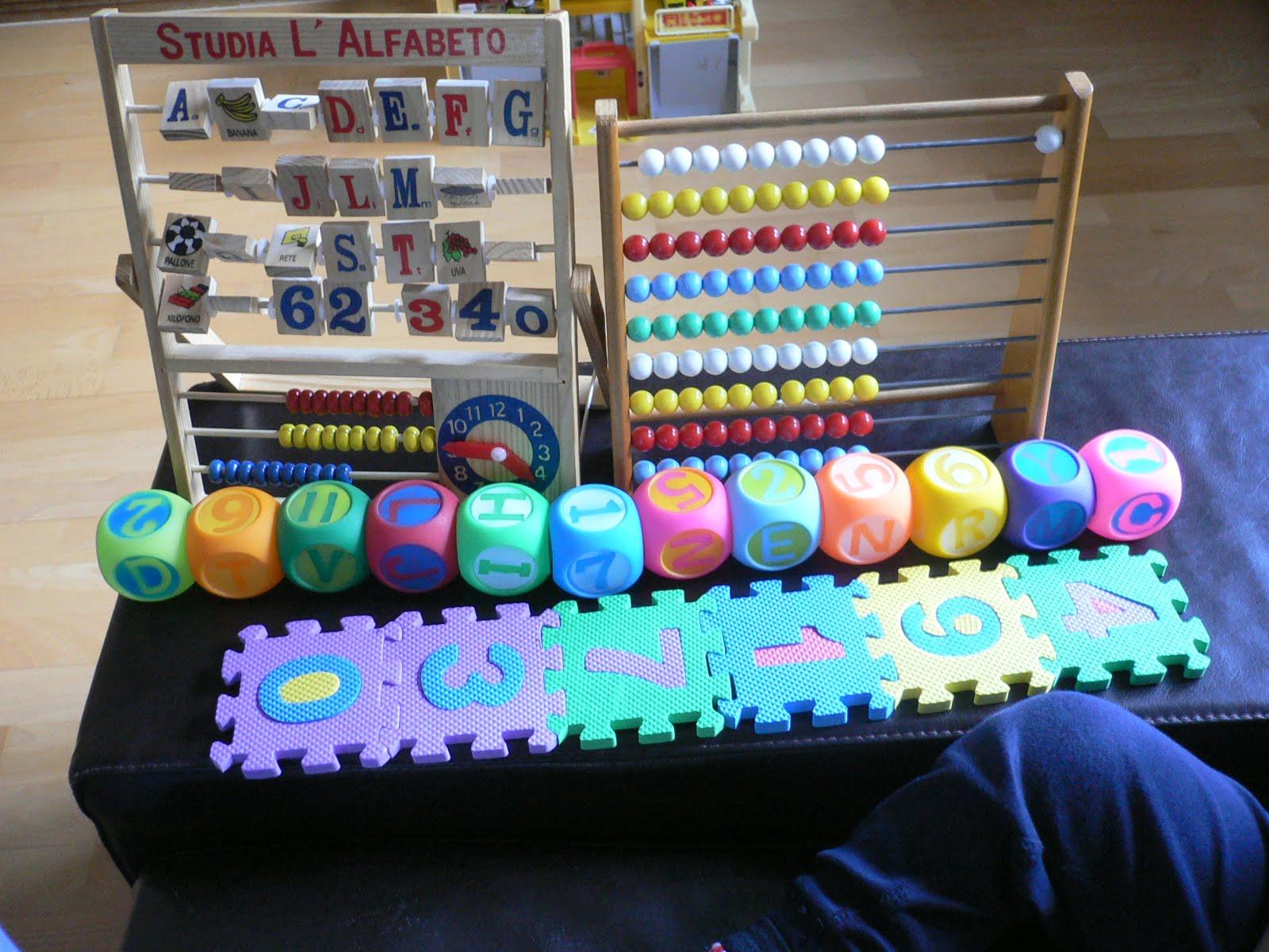 Spielend Sie Spielzeug Schritt Schwester Kinder können