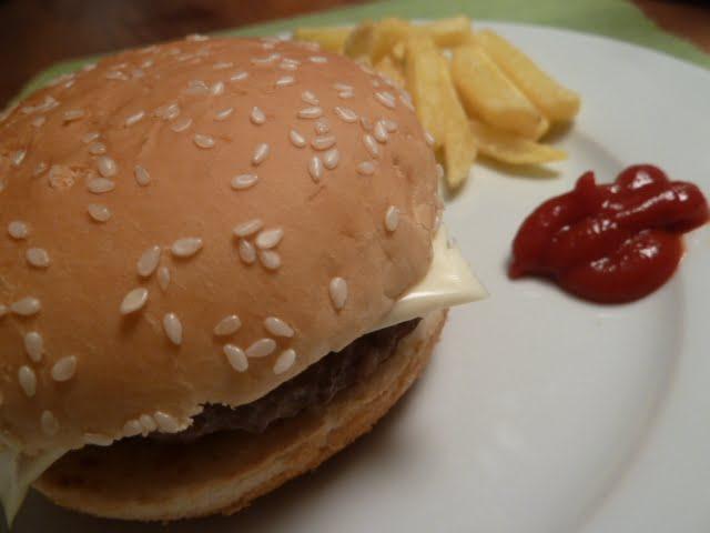 hamburger und pommes heute essen wir mit den h nden die angelones der ehrliche und. Black Bedroom Furniture Sets. Home Design Ideas