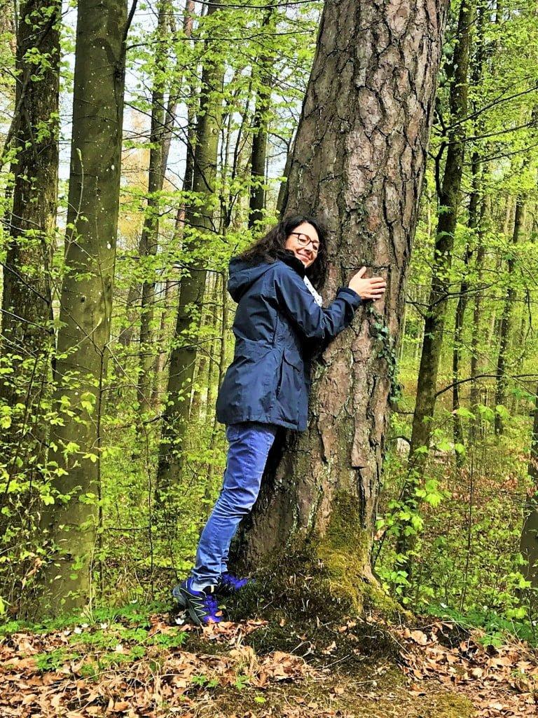 Im Wald Bäume umarmen macht glücklich