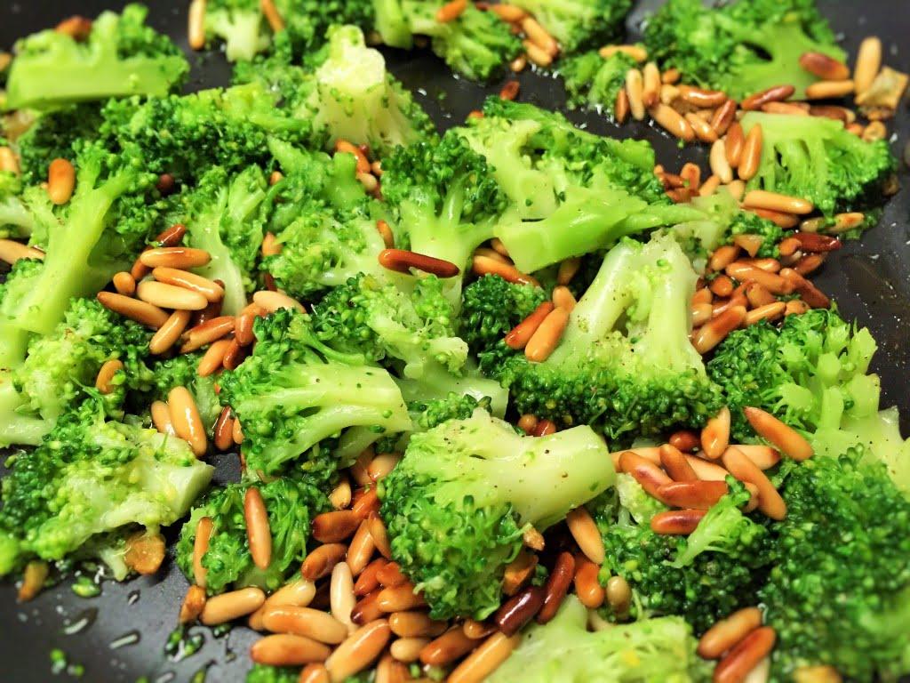 Broccoli und Pinienkerne