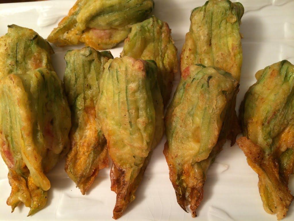 Typisch italienisch: Gefüllte und frittierte Zucchiniblüten