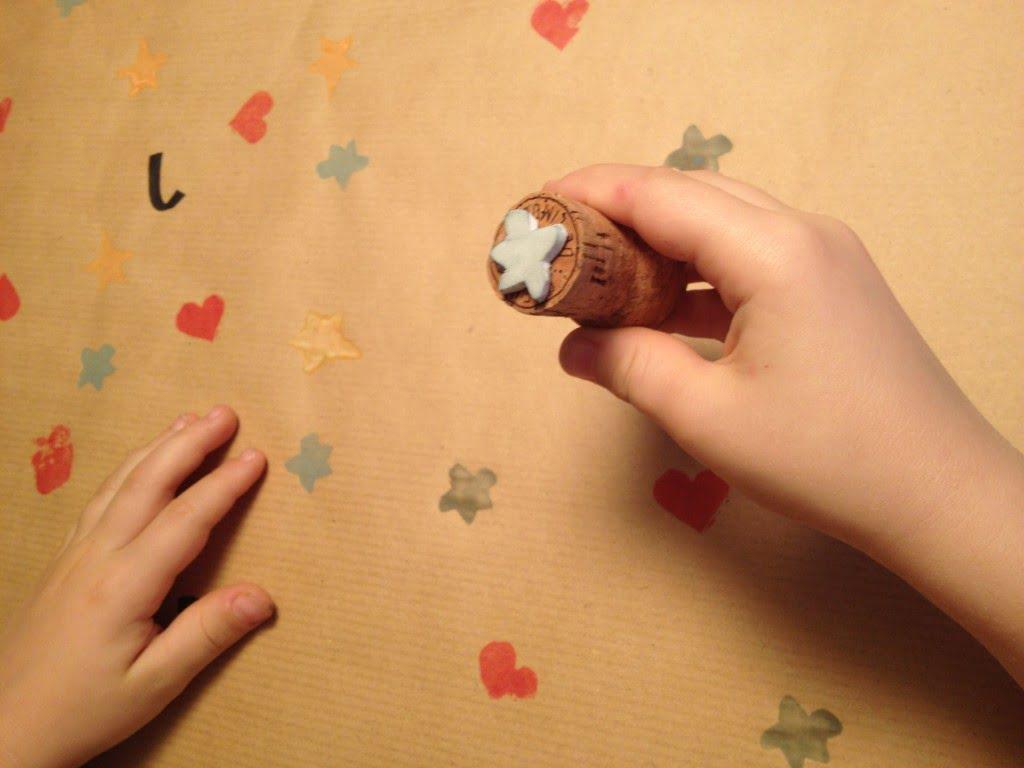 Geschenkpapier mit Kindern bedrucken