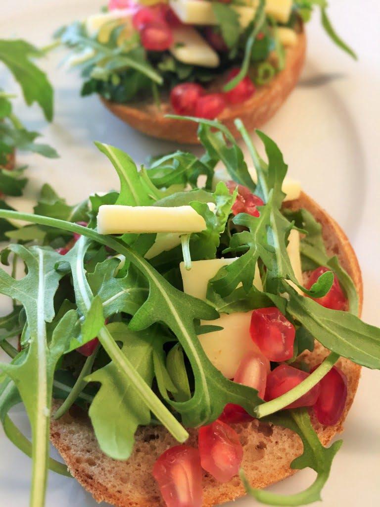 Käse Salat mit Granatapfel und Rucola