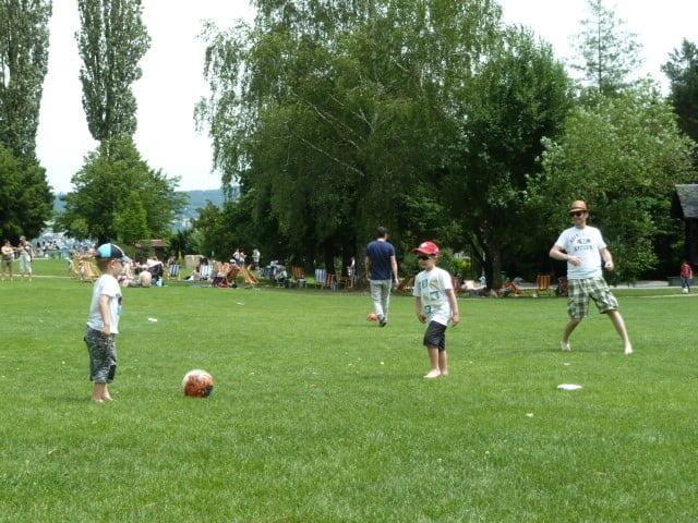 Fussball spielen im Park im Grünen in Rüschlikon