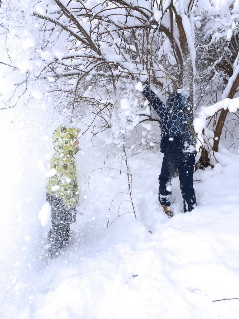 Kinderspiele im Winter: Schneeduschen