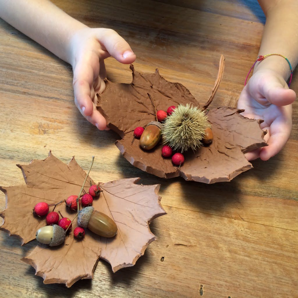 Herbstliche Brauntöne: Tonschalen in Blätterform