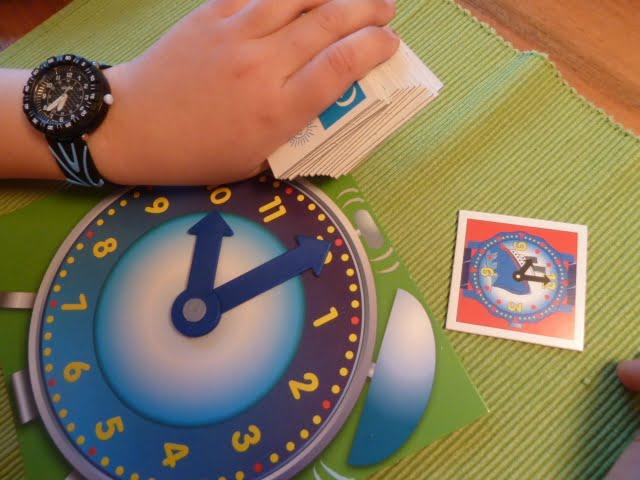 Kinder lernen die Uhr lesen