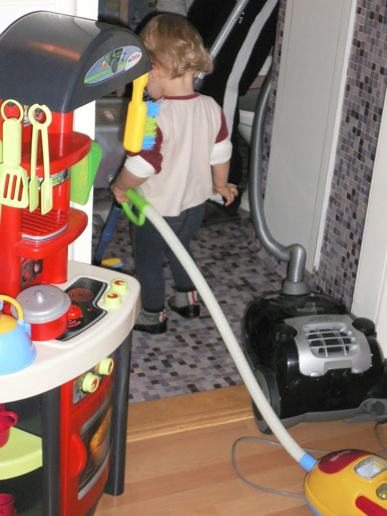 Im Haushalt helfen macht Kinder glücklich und erfolgreich